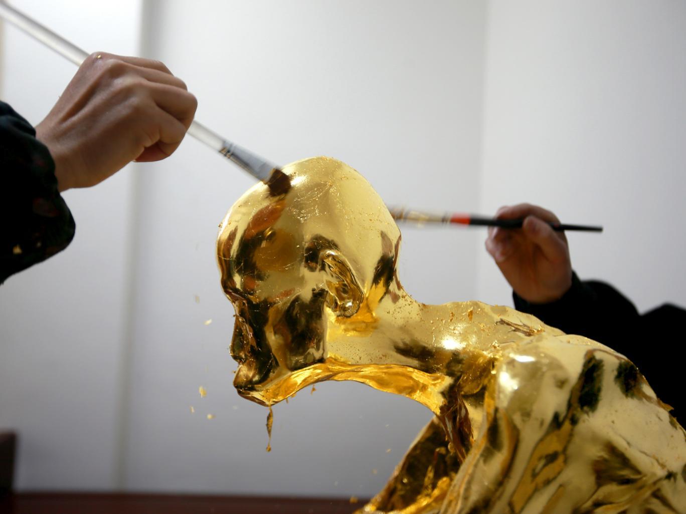 Aranyba öntött szerzetes