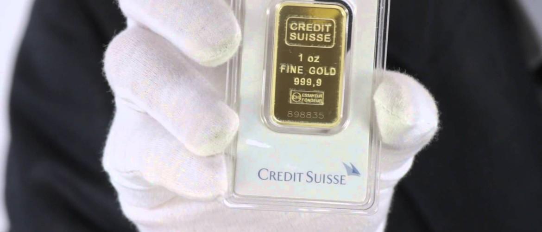 Egy uncia arany, kézben tartva