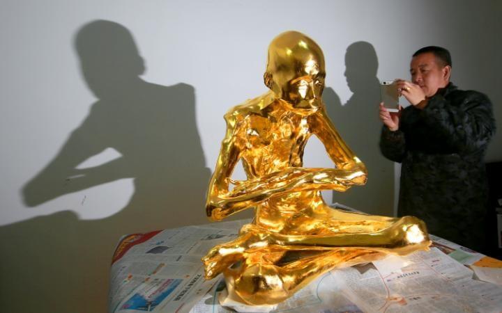 Aranyba öntik a szerzetest